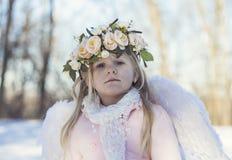 Muchacha hermosa del ángel afuera Foto de archivo