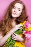 Muchacha hermosa del adolescente con el ramo de tulipanes Foto de archivo