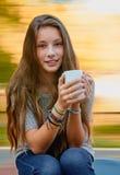Muchacha hermosa del adolescente con la taza Imagen de archivo
