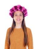 Muchacha hermosa del adolescente con las flores púrpuras en su cabeza Fotos de archivo libres de regalías
