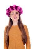 Muchacha hermosa del adolescente con las flores púrpuras en su cabeza Fotografía de archivo
