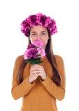 Muchacha hermosa del adolescente con las flores púrpuras en su cabeza y un ni Imágenes de archivo libres de regalías