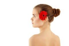 Muchacha hermosa del adolescente del balneario con la flor en perfil Imagen de archivo libre de regalías