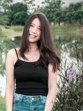 Muchacha hermosa del adolescente del retrato en jardín de la naturaleza Fotos de archivo libres de regalías