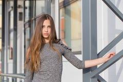 Muchacha hermosa del adolescente en ciudad Imágenes de archivo libres de regalías