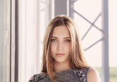 Muchacha hermosa del adolescente en ciudad Fotos de archivo