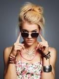 Muchacha hermosa del adolescente en gafas de sol Imagen de archivo libre de regalías