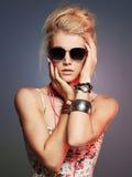 Muchacha hermosa del adolescente en gafas de sol Imagenes de archivo