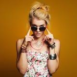Muchacha hermosa del adolescente en gafas de sol mujer joven del inconformista de la belleza Imagen de archivo