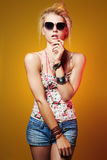 Muchacha hermosa del adolescente en gafas de sol mujer joven del inconformista de la belleza Imágenes de archivo libres de regalías
