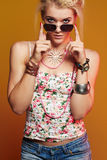 Muchacha hermosa del adolescente en gafas de sol mujer joven del inconformista de la belleza Fotografía de archivo libre de regalías