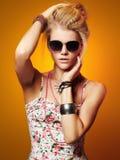 Muchacha hermosa del adolescente en gafas de sol mujer joven del inconformista de la belleza Fotos de archivo