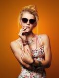 Muchacha hermosa del adolescente en gafas de sol mujer joven del inconformista de la belleza Imagenes de archivo