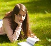 Muchacha hermosa del adolescente en la hierba Foto de archivo