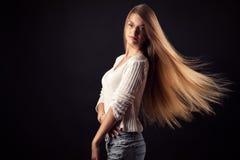 Muchacha hermosa del adolescente en suéter con el pelo del vuelo Imagenes de archivo