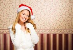 Muchacha hermosa del adolescente en un sombrero de la Navidad Foto de archivo