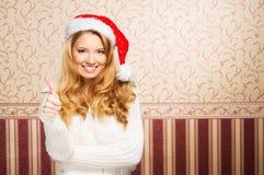 Muchacha hermosa del adolescente en un sombrero de la Navidad Foto de archivo libre de regalías