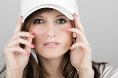 Muchacha hermosa del adolescente en una gorra de béisbol blanca Imagen de archivo