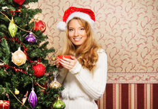 Muchacha hermosa del adolescente que adorna el árbol de navidad Foto de archivo