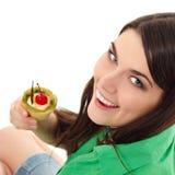 Muchacha hermosa del adolescente que come la torta dulce Fotografía de archivo libre de regalías