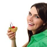 Muchacha hermosa del adolescente que come la torta dulce Fotos de archivo