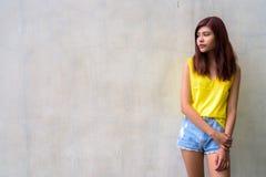 Muchacha hermosa del adolescente que lleva la camisa amarilla vibrante Fotos de archivo
