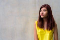 Muchacha hermosa del adolescente que lleva la camisa amarilla vibrante Fotografía de archivo