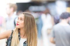 Muchacha hermosa del adolescente que mira para arriba, cerca encima de la foto con el defocuse Fotografía de archivo