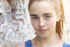 Muchacha hermosa del adolescente que se inclina contra una pared Fotografía de archivo