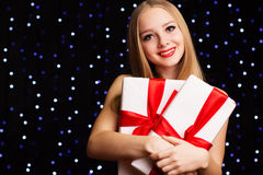 Muchacha hermosa del adolescente que sostiene la caja de regalo blanca Foto de archivo libre de regalías