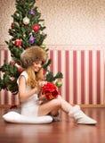 Muchacha hermosa del adolescente y el árbol de navidad Fotografía de archivo libre de regalías