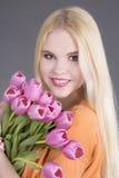 Muchacha hermosa del blondie con los tulipanes Imagenes de archivo