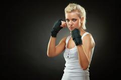 Muchacha hermosa del boxeador con el vendaje negro en las manos Fotografía de archivo