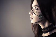 Muchacha hermosa del Cyberpunk con el maquillaje de la moda que mira para arriba Fotografía de archivo libre de regalías
