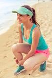 Muchacha hermosa del deporte en la playa Fotos de archivo libres de regalías