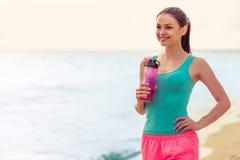 Muchacha hermosa del deporte en la playa Imagen de archivo libre de regalías