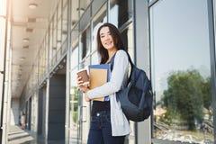 Muchacha hermosa del estudiante con los libros de texto y el café Imagen de archivo