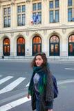 Muchacha hermosa del estudiante en el fondo de la universidad de Sorbonne en París Imagenes de archivo