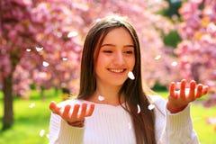 Muchacha hermosa del estudiante en primavera Imágenes de archivo libres de regalías