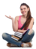 Muchacha hermosa del estudiante que se sienta con los libros Fotos de archivo libres de regalías