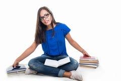 Muchacha hermosa del estudiante que se sienta tomando el manojo de libros Fotos de archivo libres de regalías