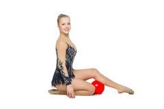 Muchacha hermosa del gimnasta con la bola roja Fotografía de archivo libre de regalías