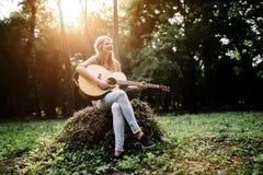 Muchacha hermosa del hippie que toca la guitarra Fotografía de archivo