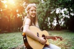 Muchacha hermosa del hippie que toca la guitarra Imágenes de archivo libres de regalías
