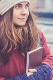 Muchacha hermosa del inconformista con el libro en sus manos Fotos de archivo libres de regalías