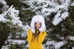 Muchacha hermosa del invierno de la nieve del Año Nuevo de la Navidad en la naturaleza blanca del sombrero Imágenes de archivo libres de regalías