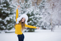 Muchacha hermosa del invierno de la nieve del Año Nuevo de la Navidad en la naturaleza blanca del sombrero Imagenes de archivo