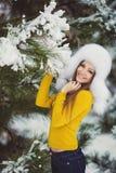 Muchacha hermosa del invierno de la nieve del Año Nuevo de la Navidad en la naturaleza blanca del sombrero Fotografía de archivo libre de regalías