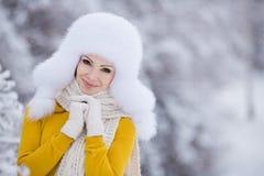 Muchacha hermosa del invierno de la nieve del Año Nuevo de la Navidad en la naturaleza blanca del sombrero Foto de archivo