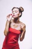 Muchacha hermosa del modelo de moda con las galletas con los corazones Fotografía de archivo libre de regalías